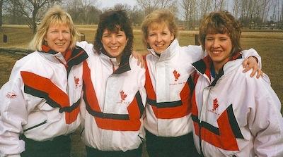Janet Arnott, deuxième à gauche, avec ses coéquipiers 1995, de gauche à droite, Connie Laliberte, Cathy Gauthier et Cathy Overton-Clapham.