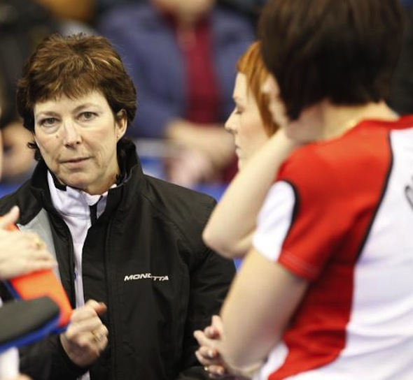 Janet Arnott sera l'entraîneur de l'équipe Jennifer Jones en 2013 Tim Hortons Roar of the Rings essais canadiens de curling.