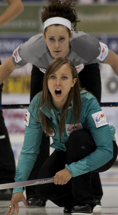 Rachel Homan d'Ottawa guide ses balayeuses comme équipe Sweeting deuxième Joanne Courtney regarde. (Photo, ACC / Michael Burns)