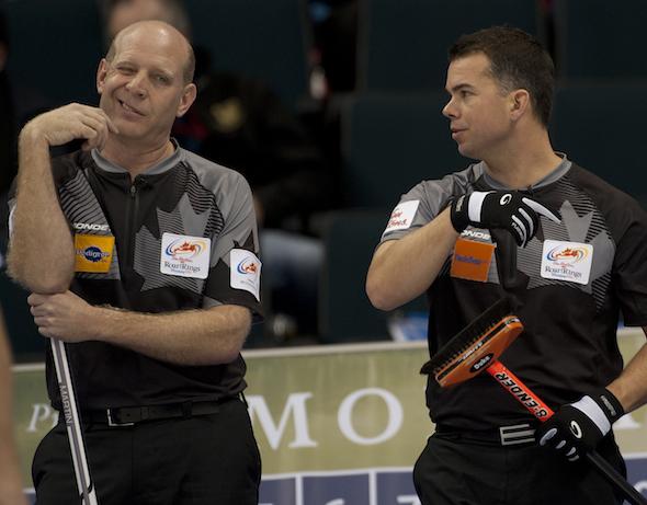 Kevin Martin d'Edmonton, à gauche, parle stratégie avec le vice-capitaine David Nedohin lors de la victoire de lundi après-midi sur Jeff Stoughton. (Photo, ACC / Michael Burns)