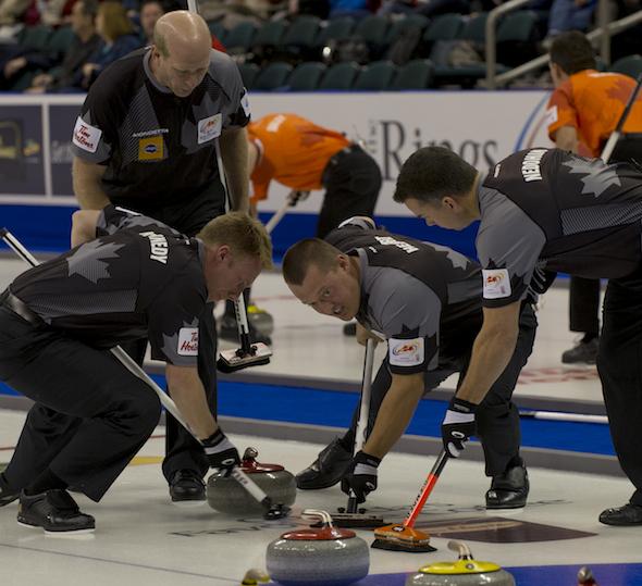 Edmonton capitaine Kevin Martin, haut, dirige ses coéquipiers, de gauche à droite, Marc Kennedy, Ben Hebert et David Nedohin pendant victoire dramatique de mardi soir sur Glenn Howard. (Photo, ACC / Michael Burns)