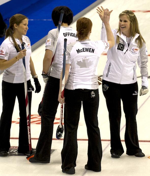 Jennifer Jones, à droite, célèbre avec ses coéquipiers, de gauche à droite, Kaitlyn Lawes, Jill Officer et Dawn McEwen après la victoire de mercredi soir. (Photo, ACC / Michael Burns)
