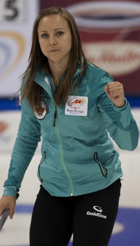 Rachel Homan d'Ottawa célèbre sa victoire jeudi. (Photo, ACC / Michael Burns)