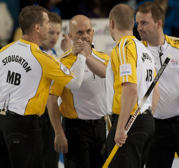 Équipe Manitoba célèbre son victoire sur la Colombie-Britannique, le jeudi à Brier Tim Hortons. (Photos, ACC / Michael Burns)