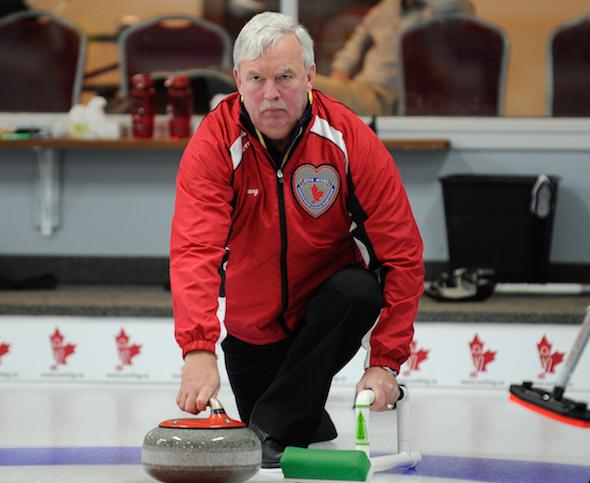 Terre-Neuve / Labrador saut Gary Oke offre une roche pendant le match de jeudi à la ronde de préqualification Mixte canadien à Ottawa. (Photo, ACC / Claudette Bockstael, Studio C Photographie)