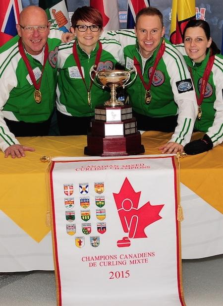 Championnat de curling d'or médaillés canadiens mixtes, équipe de la Saskatchewan, de gauche, Max Kirkpatrick, Jolene Campbell, Chris Haichert, Teejay Haichert. (Brian Doherty Photographie)