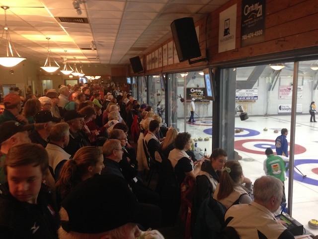 Salle comble au club North Bay Granite pour la 12e ronde du Championnat canadien 2015 de curling mixte (Brian Doherty Photography)