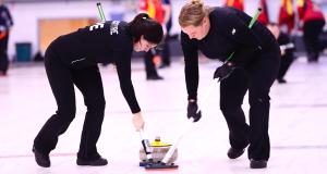 Vanessa Hamming et Michelle MacIntyre de l'Île du Prince-Édouard sur la glace au Championnat canadien 2015 de curling mixte à North Bay, Ont.(Brian Doherty Photography)