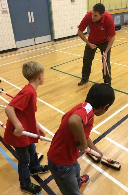 Les étudiants obtiennent quelques conseils de balayage de médaillé d'or olympique de John Morris. (Photo, CCA)