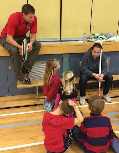 ACC Rocks &  Rings instructeur Mackenzie Jefferies parle aux étudiants de Elbow Valley Elementary. (Photo, ACC)