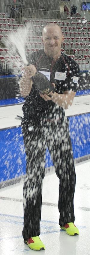 Nolan Thiessen d'Équipe Canada affiche le champagne. (Photo, ACC / Michael Burns)