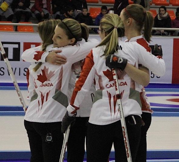 Équipe Canada embrassent joueurs après le match médaille d'or à Grenade, en Espagne. (Photo, Sport interuniversitaire canadien)