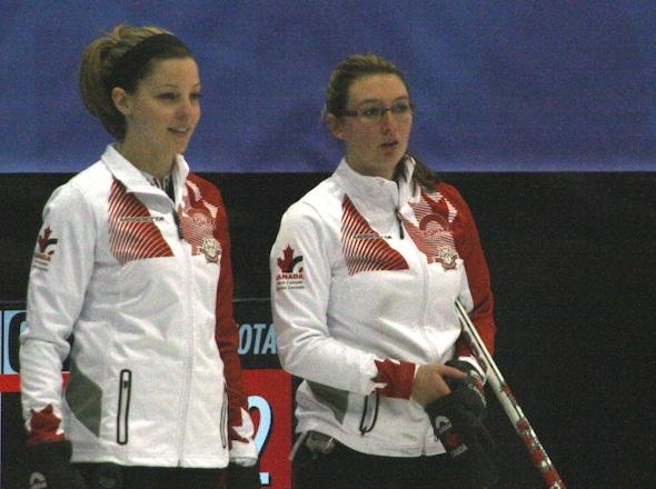 Breanne Meakin d'Équipe Canada, à gauche, et Lauren Horton discuter des options de prise de vue. (Photo, Sport interuniversitaire canadien)
