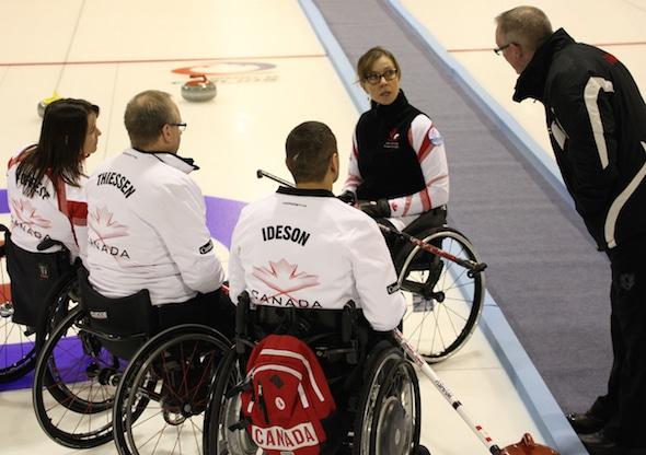 Entraîneur de l'équipe Canada Joe Rea, à droite, discute des options tourné avec l'équipe, de gauche, Ina Forrest, Dennis Thiessen, Mark Ideson et Sonja Gaudet. (Photo, Fédération mondiale de curling / Alina Pavlyuchik)