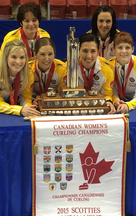 2015 Scotties champs, de gauche, devant, Jennifer Jones, Kaitlyn Lawes, Jill Officer, Dawn McEwen. Retour, de gauche, l'entraîneur Wendy Morgan, suppléant Jennifer Clark-Rouire.