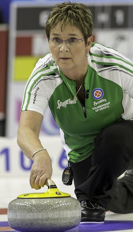 Saskatchewan vice-capitaine Sherry Anderson et ses coéquipiers sont dans la course aux séries aux Scotties 2015. (Photo, CCA / Andrew Klaver)