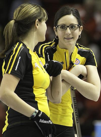 Du Nouveau-Brunswick Marie Richard, à gauche, et Rebecca Atkinson a connu une grande victoire sur Équipe Canada, jeudi soir. (Photo, ACC / Andrew Klaver)