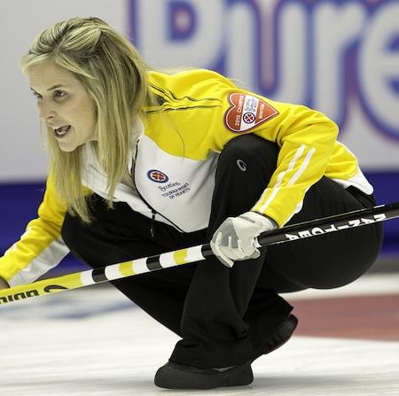 Manitoba Passer Jennifer Jones est classé premier va dans les séries éliminatoires. (Photo, ACC / Andrew Klaver)