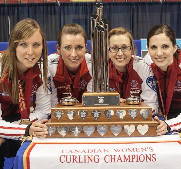Alison Kreviazuk, deuxième à droite, avec ses coéquipiers, de gauche à droite, Rachel Homan, Emma Miskew et Lisa Weagle après avoir remporté les 2014 Scotties à Montréal. (Photo, CCA / Andrew Klaver)
