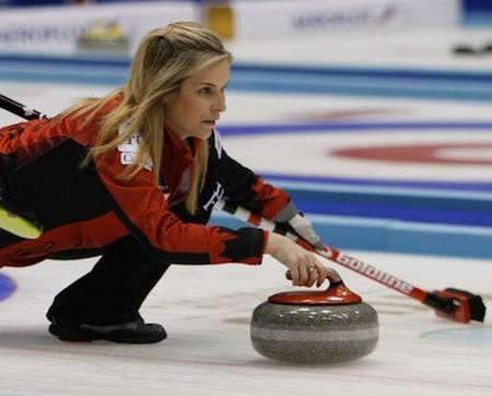 Équipe Canada capitaine Jennifer Jones délivre un coup de feu. (Photo, WCF / Richard Gray)