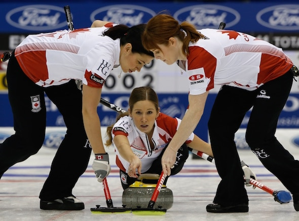 Équipe Canada vice-capitaine Kaitlyn Lawes offre roche pour balayeuses Jill Officer, à gauche, et Dawn McEwen. (Photo, WCF / Richard Gray)