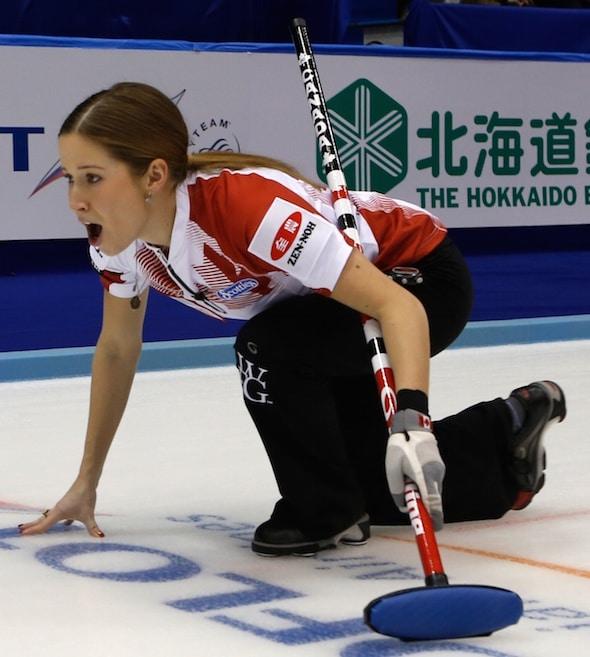Kaitlyn Lawes du Canada appelle des instructions aux balayeuses (Photographie, WCF / Richard Gray)