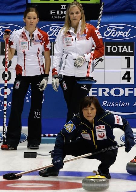 Kaitlyn Lawes du Canada et Jennifer Jones regardent le japonais capitaine Ayumi Ogasawara montres le tir de son équipe. (Photographie, WCF / Richard Gray)