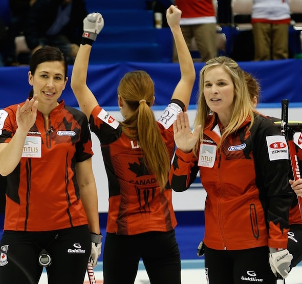 Équipe Jill Officer du Canada, Kaitlyn Lawes et Jennifer Jones célébrer la victoire en demi-finale. (Photo, WCF / Richard Gray)