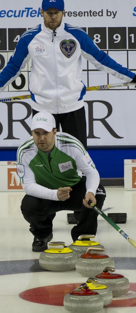 Saskatchewan capitaine Steve Laycock, beloiw, a décroché sa place en séries éliminatoires avec une victoire sur Jim Cotter de la Colombie-Britannique. (Photo, Curling Canada / Michael Burns)