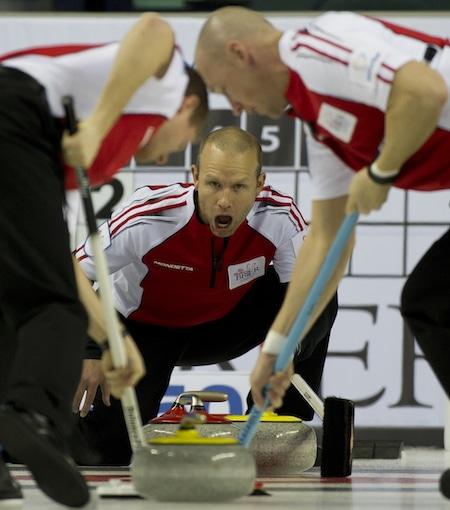 Équipe Canada vice-capitaine Pat Simmons crie des instructions pour Carter Rycroft, à gauche, et Nolan Thiessen. (Photo, Curling Canada / Michael Burns)