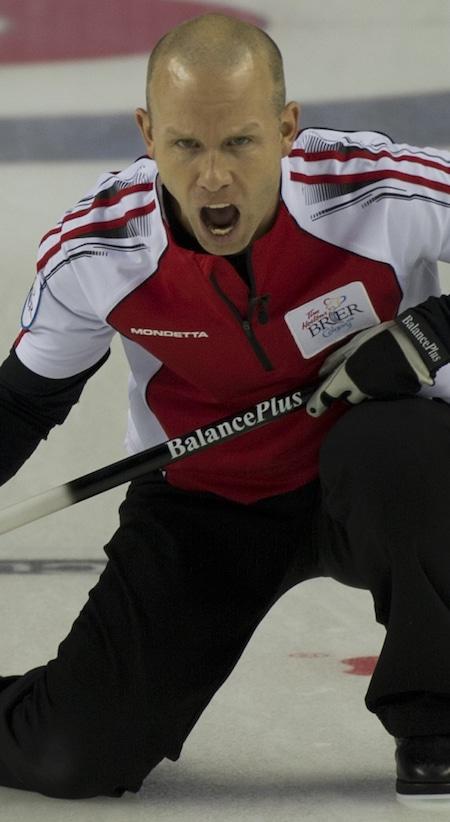 Équipe Canada Pat Simmons sauter crie des instructions à ses balayeuses. (Photo, Curling Canada / Michael Burns)