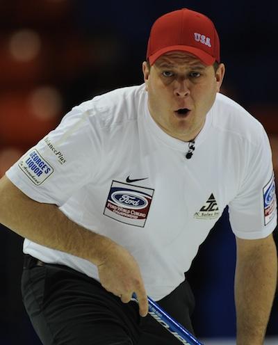 Équipe États-Unis John Shuster montres sauter son tir. (Photo, Curling Canada / Michael Burns)