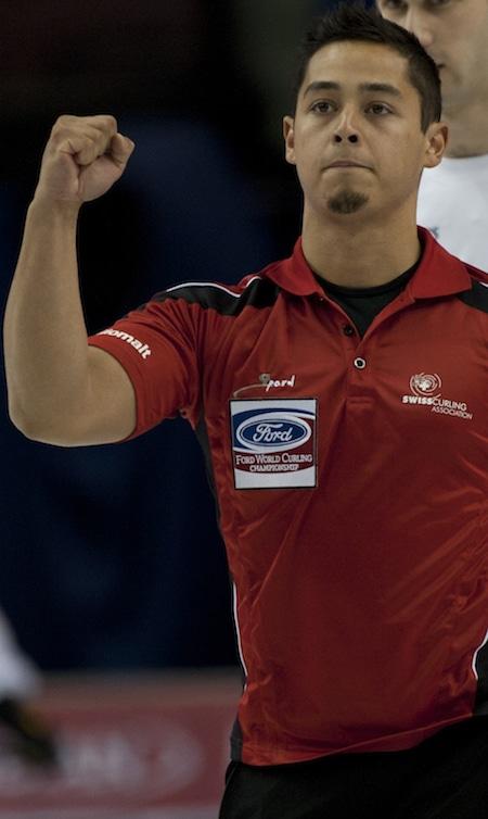 Marc Pfister de Suisse célèbre sa victoire sur l'Italie. (Photo, Curling Canada / Michael Burns)