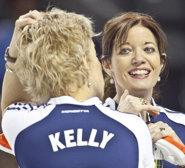 Colleen Jones, à droite, et son coéquipier Kim Kelly représenteront la Nouvelle-Écosse au 2015 Everest aînés du Canada à Edmonton. (Photographie, Curling Canada / Andrew Klaver)