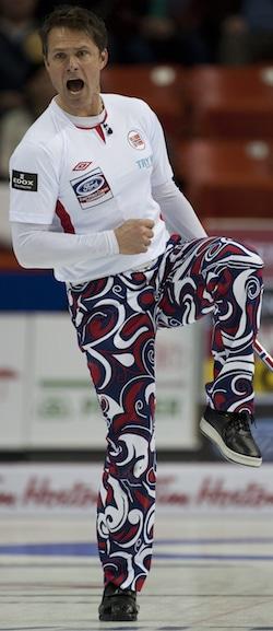 Thomas Ulsrud de la Norvège tente d'amadouer son rocher dans la bonne position. (Photo, Curling Canada / Michael Burns)