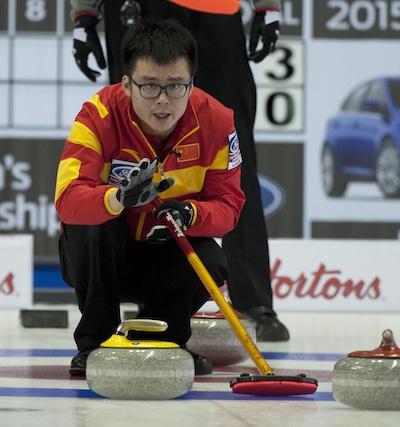 Chinois capitaine Jialiang Zang guide ses balayeuses. (Photo, Curling Canada / Michael Burns)