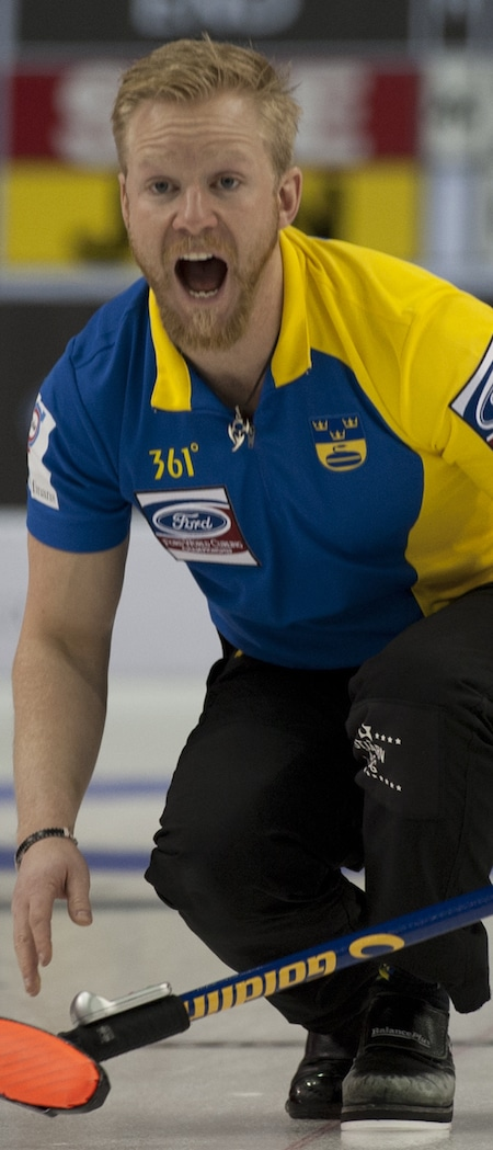 Niklas Edin de la Suède et son équipe se réchauffent aux Mondiaux Ford. (Photo, Curling Canada / Michael Burns)