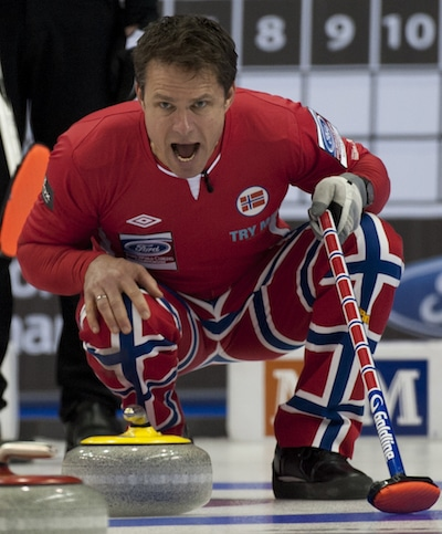 Thomas Ulsrud de la Norvège crie des instructions aux balayeuses mercredi soir. (Photo, Curling Canada / Michael Burns)