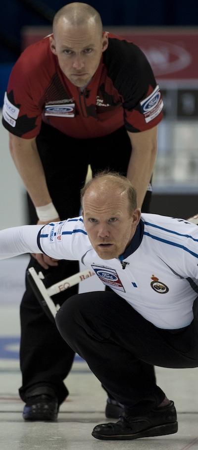 Ewan MacDonald de l'Ecosse montres son tir que Nolan Thiessen du Canada regarde par dessus son épaule. (Photo, Curling Canada / Michael Burns)