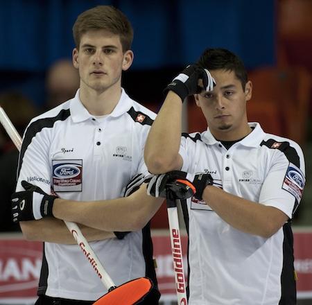 Reto Keller de la Suisse, à gauche, et Marc Pfister montrent leur déception. (Photo, Curling Canada / Michael Burns)