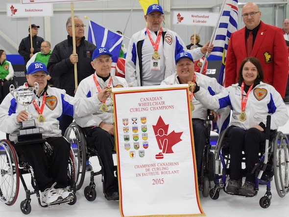 Team BC, champions canadiens de curling en fauteuil roulant, de gauche, devant, Gerry Austgarden, Darryl Neighbour, Frank Labounty, Alison Duddy. Retour, entraîneur Brad Burton, Curling Canada gouverneur Yves Maillet. (Photo, Morgan Daw)