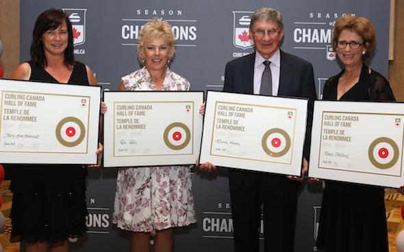 2015 Curling Canada Temple de la renommée, de gauche à droite, Marie-Anne Arsenault, Kim Kelly, Warren Hansen et Nancy Delahunt. (Photo, Curling Canada / Neil Valois)