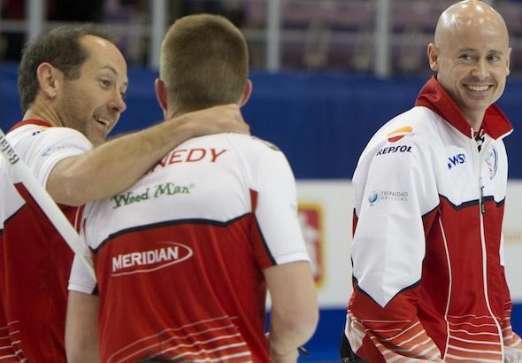 Brent Laing, Marc Kennedy et Kevin Koe étaient tout sourire après leur victoire en demi-finale, samedi soir. (Photo, Curling Canada / Michael Burns)