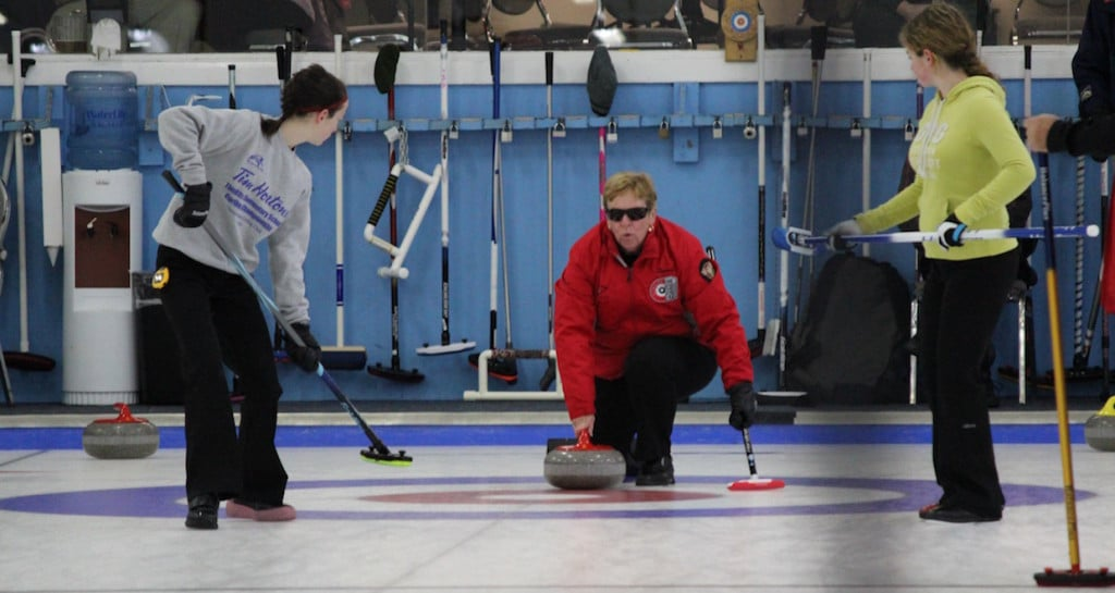 When last-minute entries at the ParaSport 2015 curling competition were short of sweepers, OYCL volunteers joined the action on the ice to help out. (Photo courtesy of M. Bourguignon)