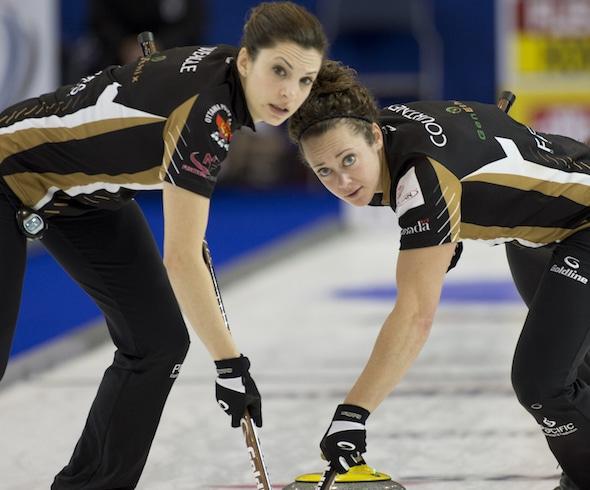 Équipe Homan balayeuse Lisa Weagle, à gauche, et Joanne Courtney garder les choses propres au cours de la victoire de vendredi contre l'équipe Fleury. (Photo, Curling Canada / Michael Burns)