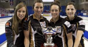 2015 champions vos femmes Home Hardware de la Coupe Canada, de gauche, sauter Rachel Homan, troisième Emma Miskew, deuxième Joanne Courtney et mènent Lisa Weagle. (Photo, Curling Canada / Michael Burns)