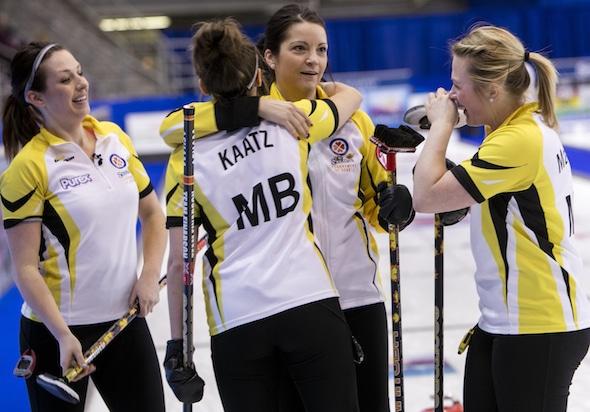 Équipe Manitoba célèbre sa victoire spectaculaire au Nouveau-Brunswick pour décrocher une place en séries Scotties. (Photo, Curling Canada / Andrew Klaver)