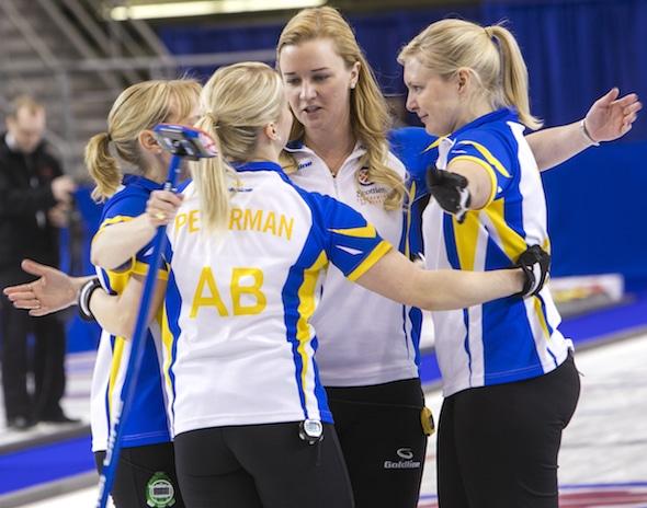 Équipe Alberta célèbre son gagnant Page éliminatoires sur Équipe Canada le vendredi soir. (Photo, Curling Canada / Andrew Klaver)