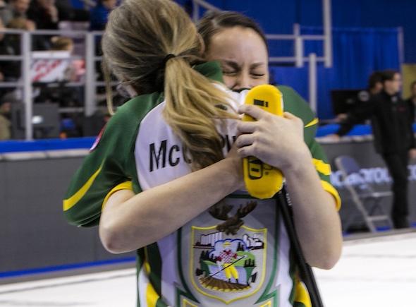 Krista McCarville Nord de l'Ontario, à gauche, et Kendra Lilly célèbrent leur victoire magnifique sur Équipe Canada le samedi. (Photo, Curling Canada / Andrew Klaver)