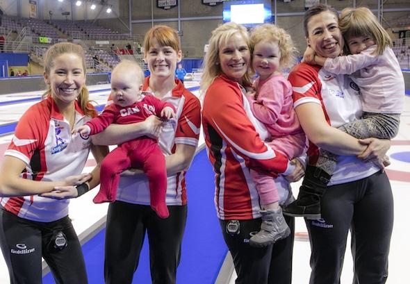 Équipe Canada et les enfants! De gauche, Kaitlyn Lawes, Aube McEwen et la fille de Vienne, Jennifer Jones et sa fille Isabella, et Jill Officer et fille Camryn. (Photo, Curling Canada / Andrew Klaver)